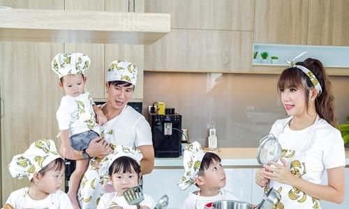 Vợ chồng Lý Hải cùng bốn con lần đầu hát chung