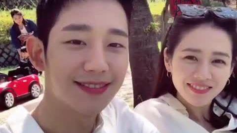Son Ye Jin ngắm hoa anh đào cùng Jung Hae In