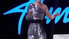Katy Perry rách quần trong đêm công bố Top 14 American Idol