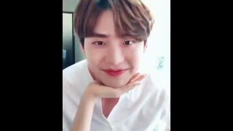 """Màn cover trào lưu """"đặt cằm trên tay"""" đạt 6,5 triệu lượt xem của Lee Jong Suk"""