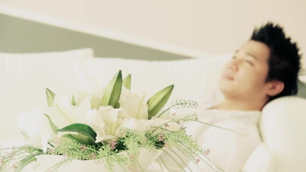 Lâm Vũ hát 'Trái tim anh thuộc về em'
