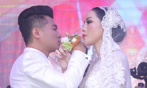 Lâm Vũ hôn vợ sau khi hát trong đám cưới