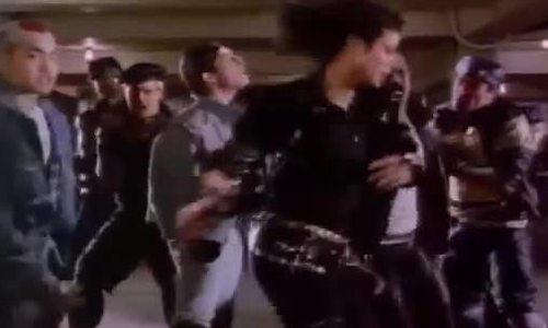 Michael Jackson đá chân cao