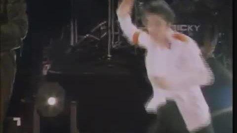 Michael Jackson xoay vòng