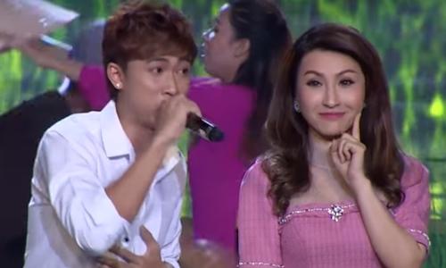 Hồ Việt Trung hát 'Tàu về quê hương' trong game show