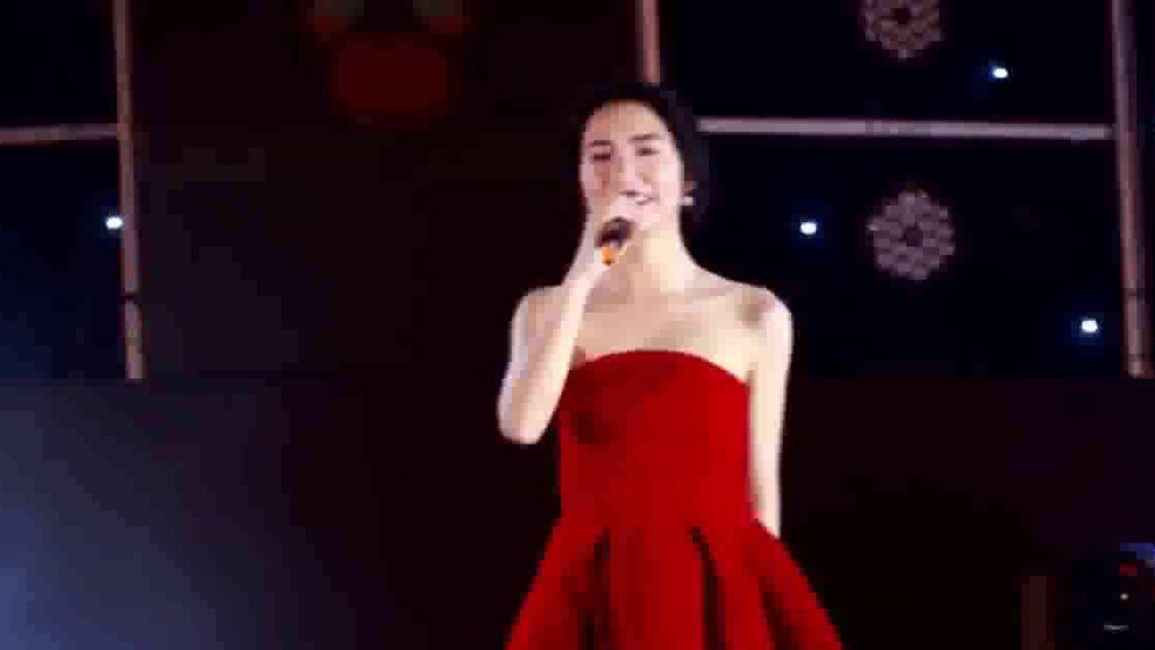 Hòa Minzy gây tranh cãi vì quên lời bài hát