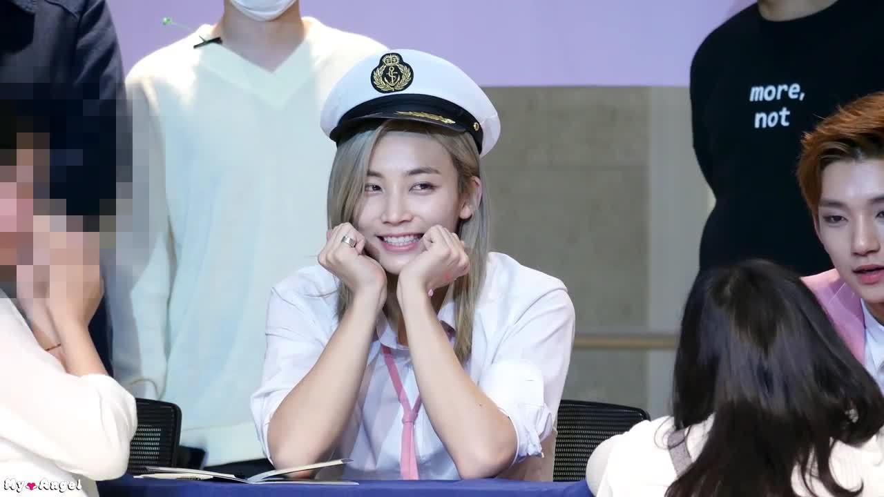 Nét nữ tính của Jeong Han (Seventeen) trong buổi ký tặng fan