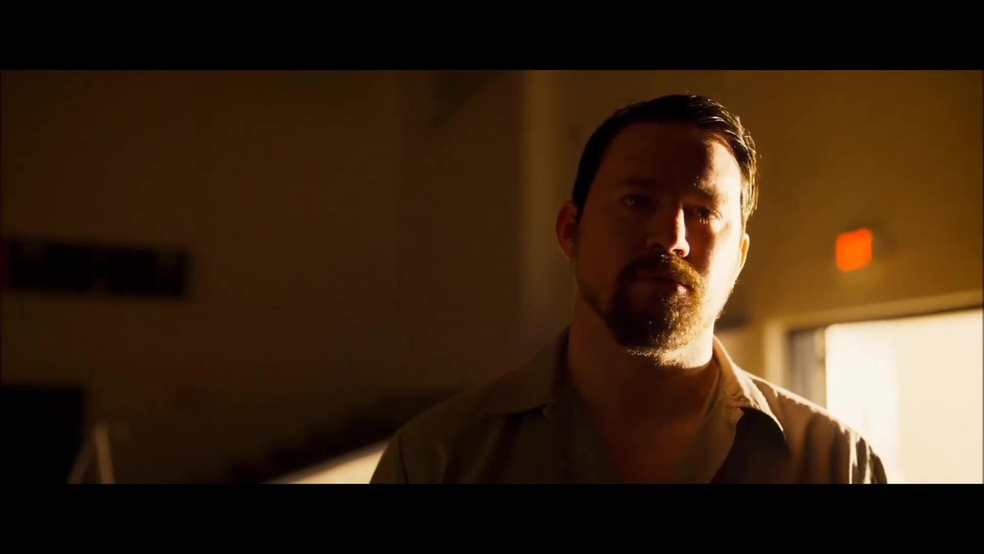 """Cảnh người cha nghe con hát trong """"Logan Lucky"""""""