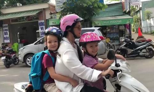 Hồng Nhung lái xe đưa hai con về nhà sau buổi học cuối