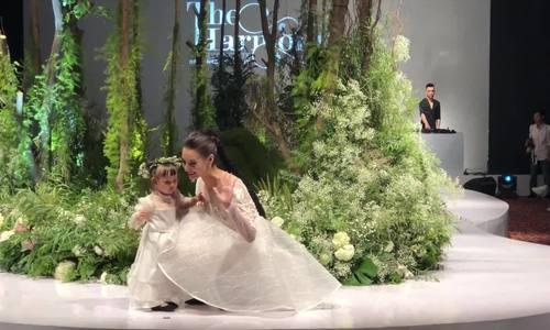 Hồng Quế và con gái catwalk show Hà Duy