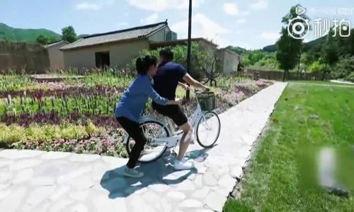 Từ Hy Viên khóc trên xe đạp