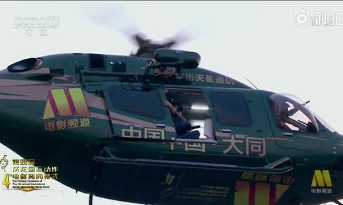 Thành Long đu dây cáp từ trực thăng