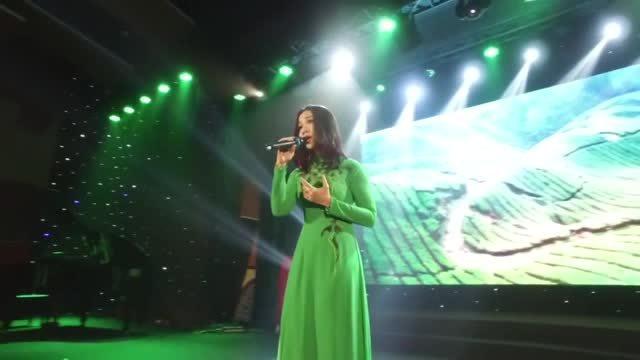 Khánh Loan hát 'Mẹ là quê hương'