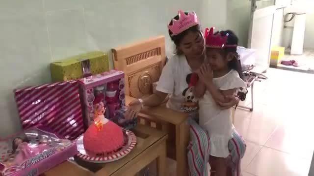Hai mẹ con Mai Phương cùng hát mừng sinh nhật