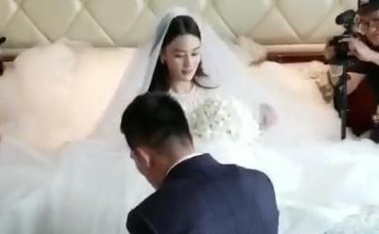 Chồng vừa đi giày, vừa 'nịnh' Trương Hinh Dư trong đám cưới