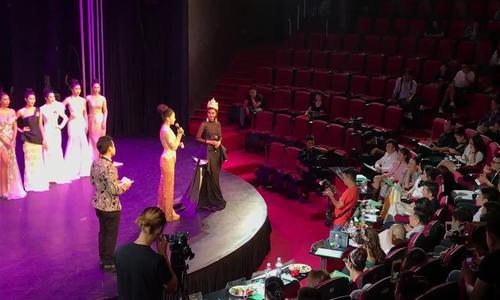 Video Angelia Ong giao lưu với thí sinh trên sân khấu