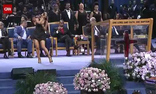 Ariana Grande biểu diễn ở đám tang Aretha Franklin