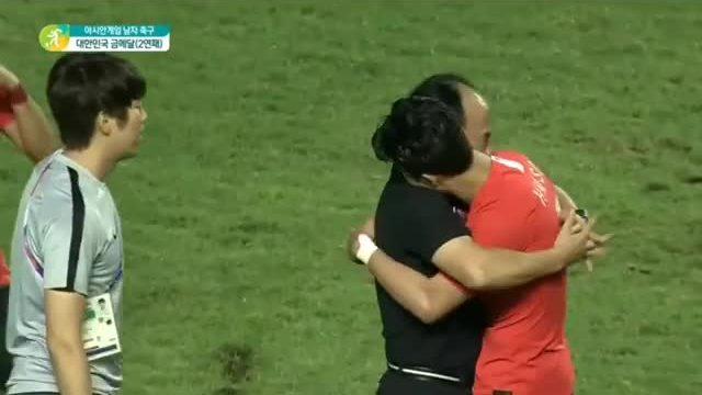 Son Heung Min mừng khi Hàn Quốc thắng Nhật Bản