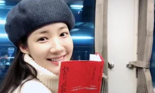 Park Min Young gây sốt khi đi tàu điện ở Nhật Bản