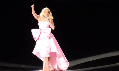 Lady Gaga hát 'La Vie en Rose'