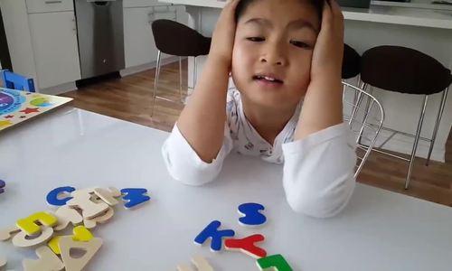 Con trai Hồng Nhung tập đánh vần