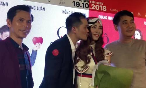 Ngân Khánh bất ngờ khi được chồng hôn trên thảm đỏ
