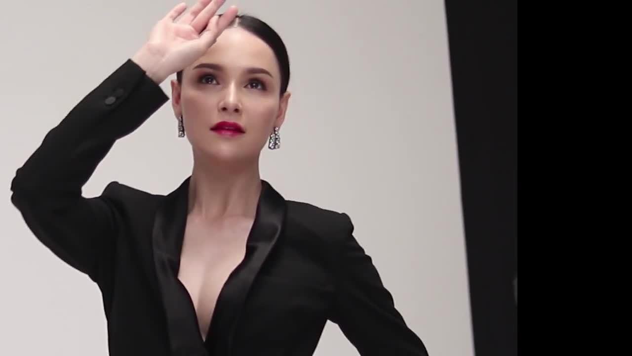 Quán quân Asia's Next Top Model tạo dáng khi quay quảng cáo