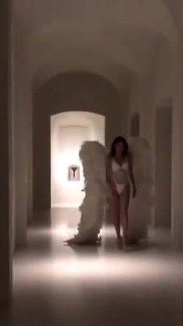 Chị em nhà Kardashian hoá thân thành 'thiên thần' Victoria's Secret