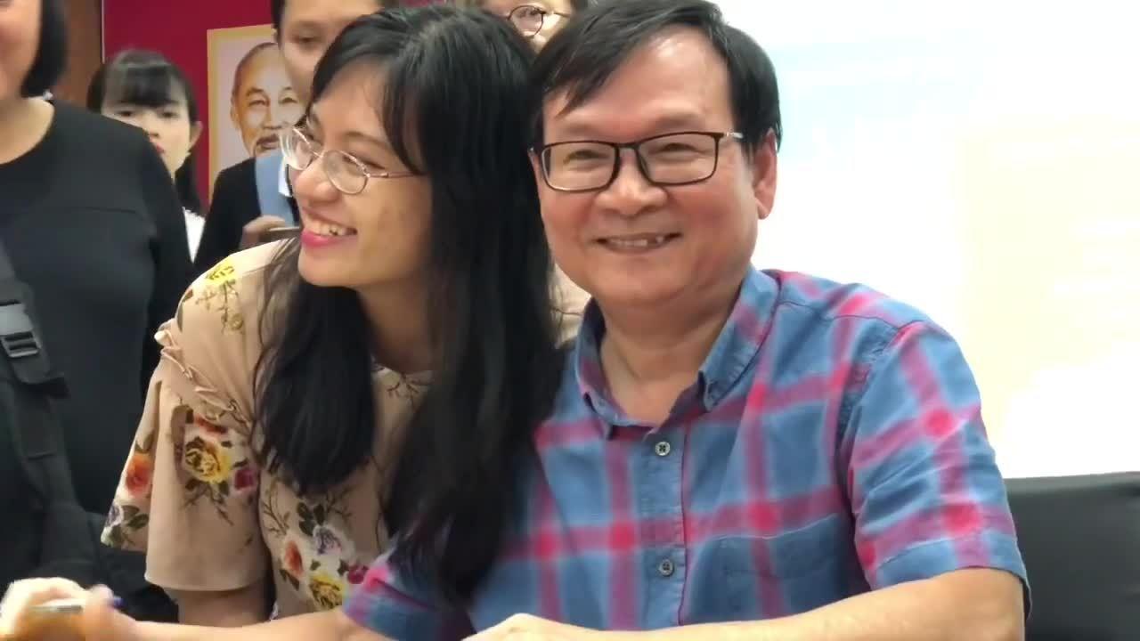 Độc giả xếp hàng xin chữ ký Nguyễn Nhật Ánh sáng 7/11 tại TP HCM