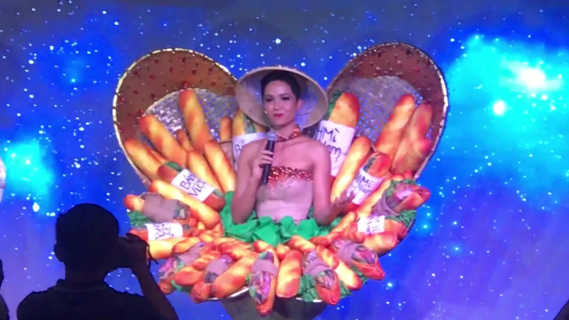 H'Hen Niê thuyết trình về trang phục 'Bánh mì'