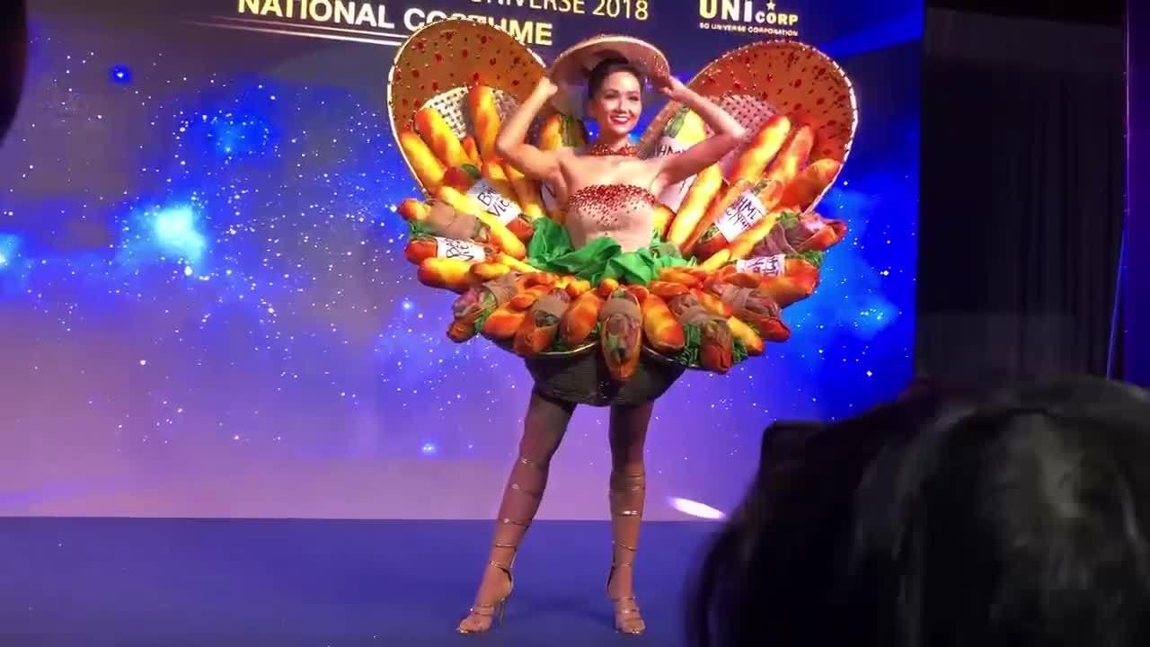 H'Hen Niê trình diễn trang phục 'Bánh mì'