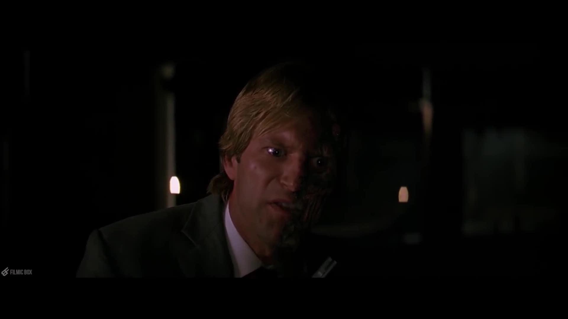 Harvey Dent hóa điên loạn trong The Dark Knight