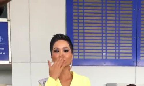 H'Hen Niê đem mỳ, phở gói khi sang Thái Lan thi Miss Universe