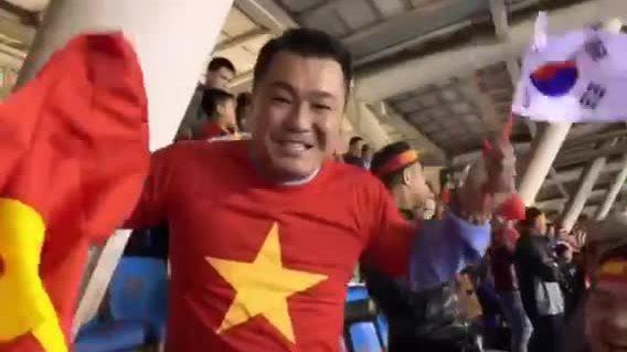 Lý Hùng và hàng chục nghìn CĐV ở Mỹ Đình ăn mừng Việt Nam vô địch