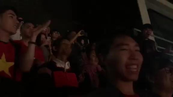 Khán giả cổ vũ khi HHen vào Top 10 Miss Universe
