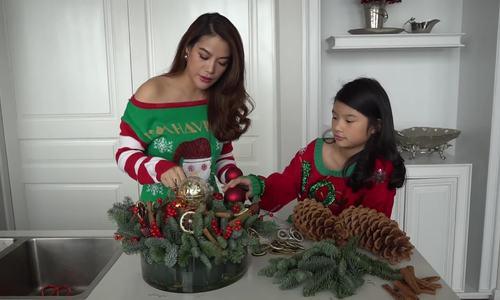 Trương Ngọc Ánh trang trí giáng sinh cùng con gái