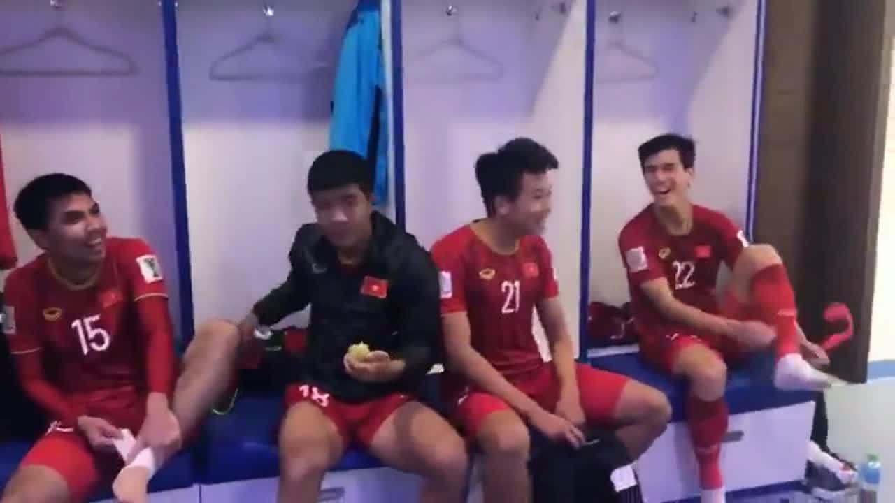 Cầu thủ Việt Nam ăn mừng trong phòng thay đồ