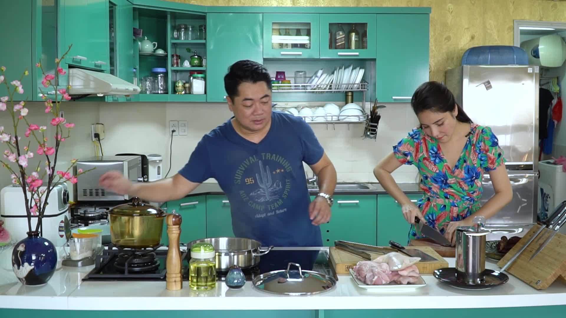 Vợ chồng Kiwi Ngô Mai Trang làm món giò thủ, canh măng ngày Tết