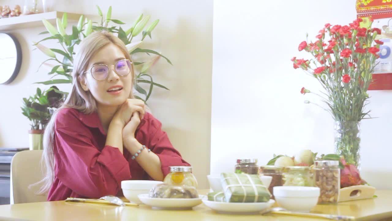 Hoàng Yến Chibi nấu món canh rau củ ngày Tết