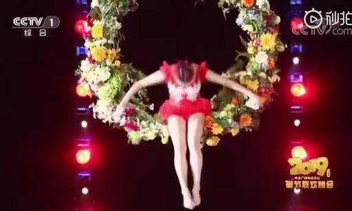 Lâm Chí Linh múa dưới nước
