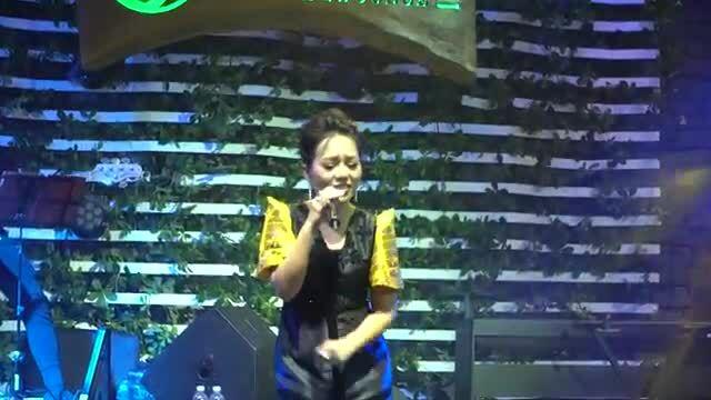 Thái Thùy Linh hát 'Hãy ngồi xuống đây' (Lê Uyên Phương sáng tác)