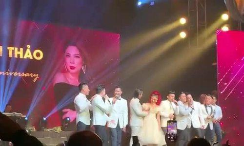 Thanh Thảo hát trong liveshow ở Mỹ