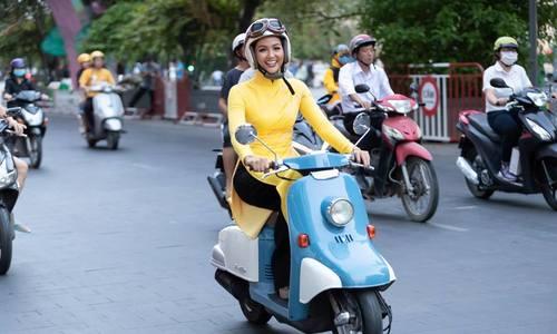 H'Hen Niê bận áo dài đi xe máy