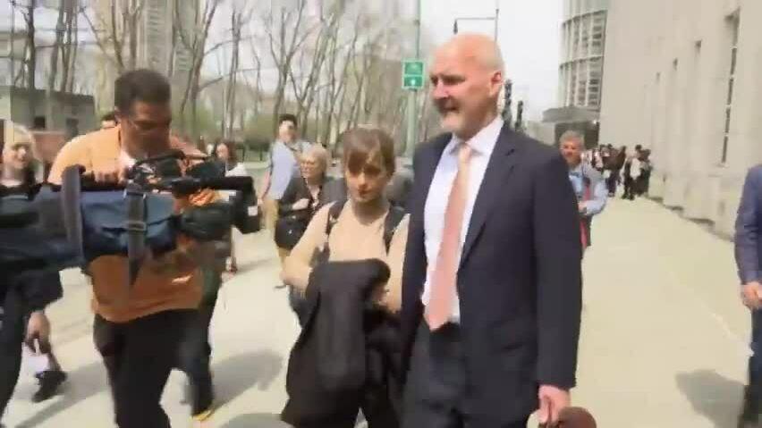 Allison Mack rời phiên tòa