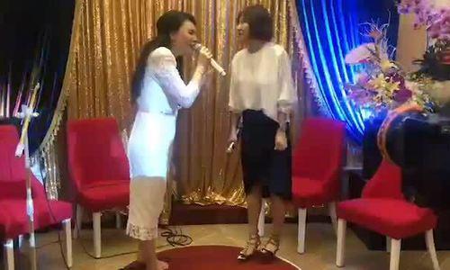 """Hồ Quỳnh Hương, Văn Mai Hương song ca """"Anh"""" (sáng tác: Xuân Phương)"""