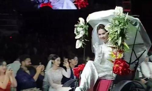 Ngọc Trinh ngồi xích lô show Bảo Bảo 2019