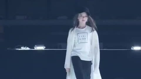 Ella Gross catwalk ở Nhật