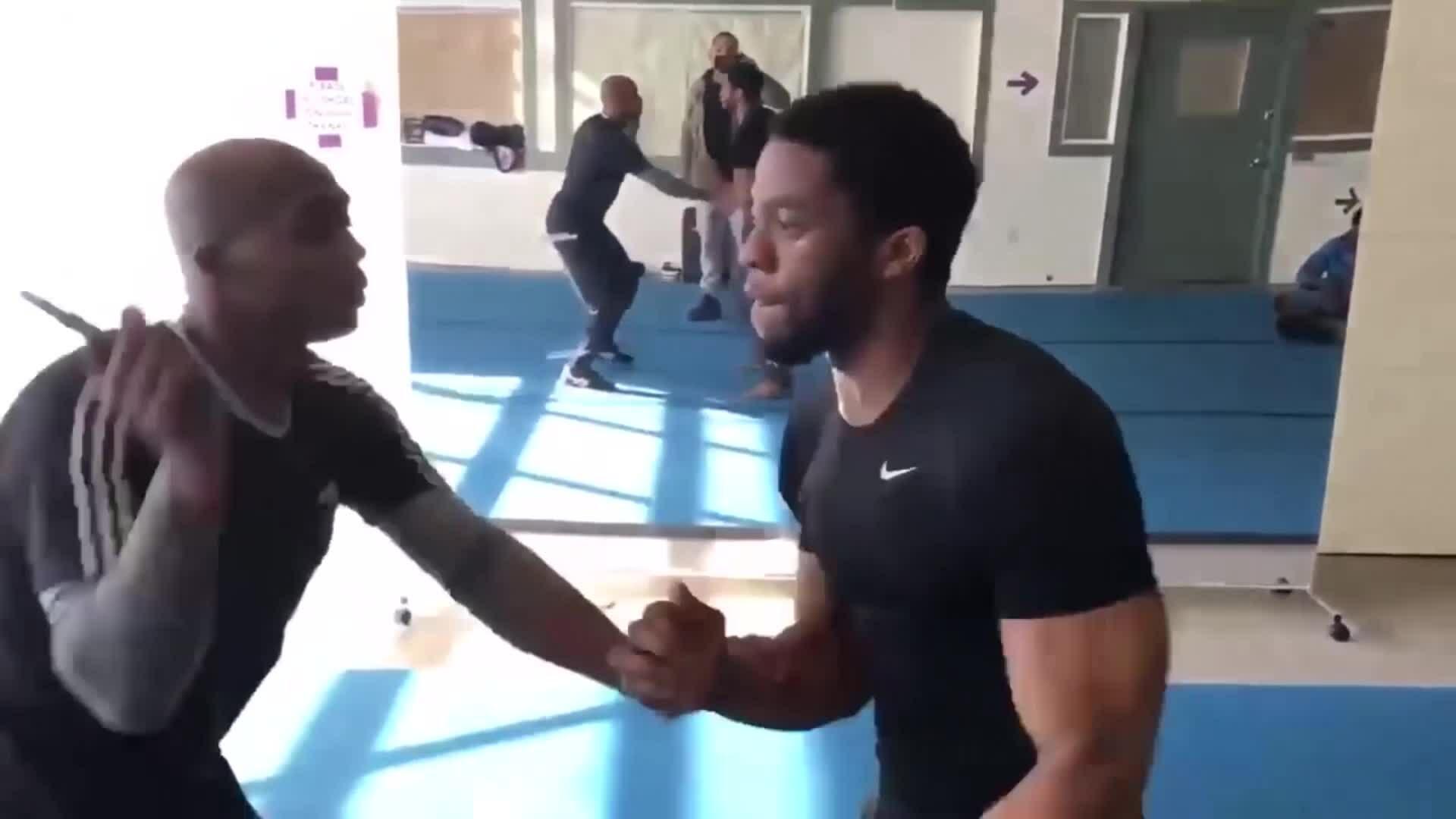 """Cảnh tập luyện của """"Black Panther"""" Chadwick Boseman"""
