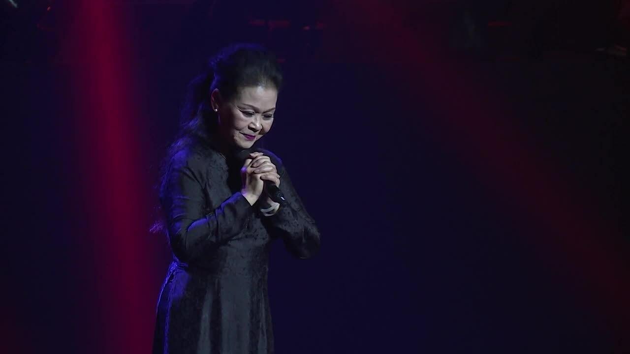 Khánh Ly hát 'Ta thấy gì đêm nay' tại Hà Nội năm 2016