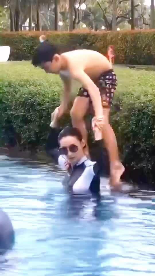 Trương Bá Chi và con trai chơi đùa